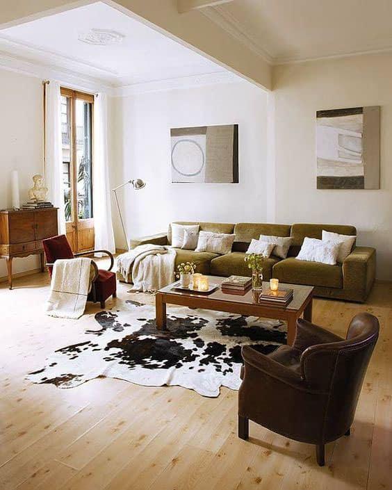 Sala com piso de madeira com tapete de couro