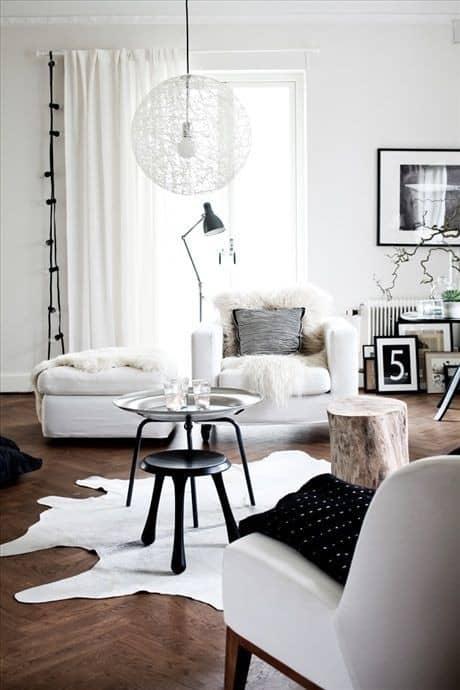 Sala com sofá branco e tapete de couro