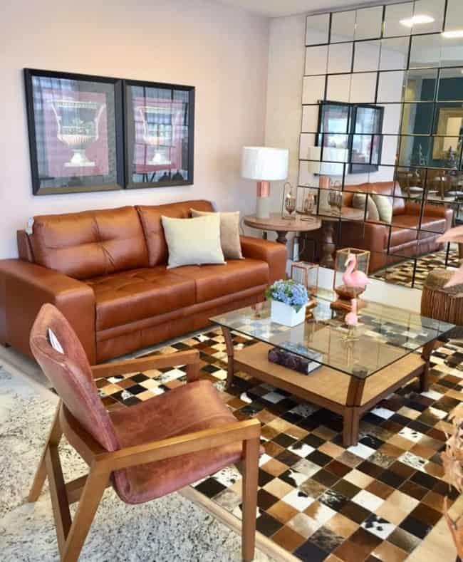 Sala com sofá marrom e tapete quadriculado