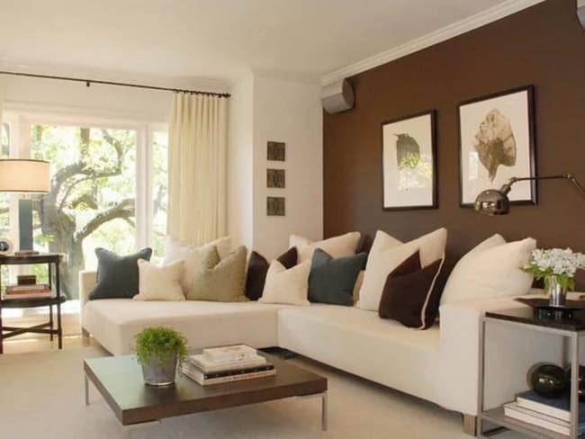 Sala com uma parede marrom