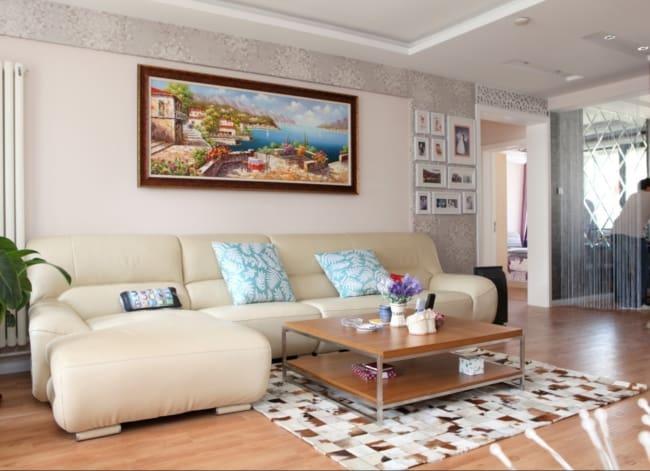 Sala de estar clean com tapete de couro quadriculado