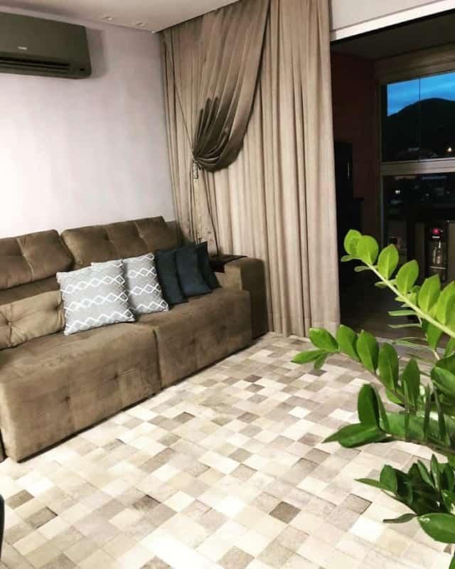 Sala de estar com tapete de couro quadriculado
