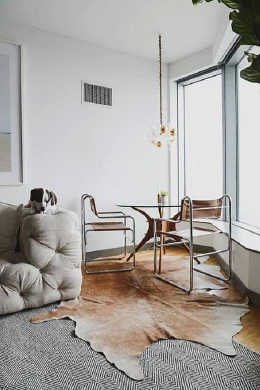 Sala de jantar com tapete de couro marrom
