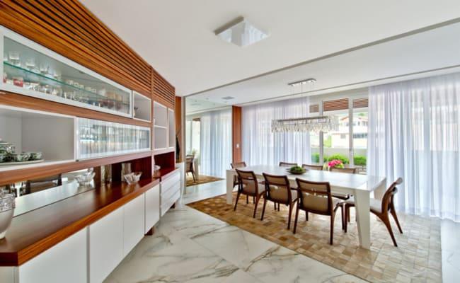 Sala de jantar com tapete quadriculado de couro