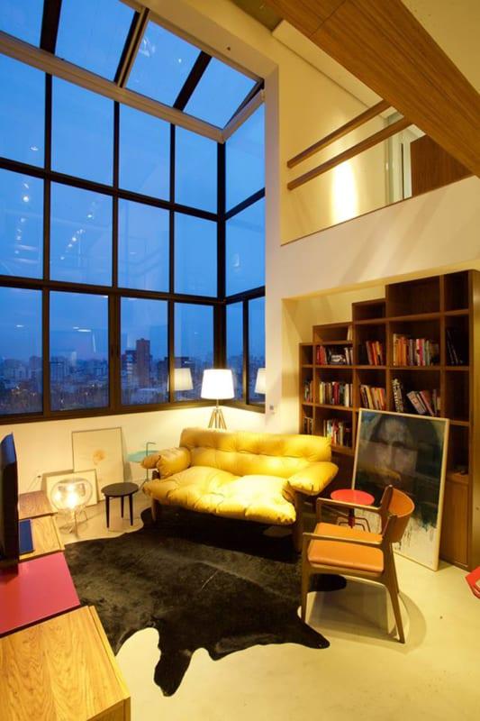 Sala moderna com tapete preto de couro