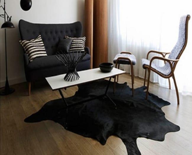 Sala pequena com tapete de couro preto