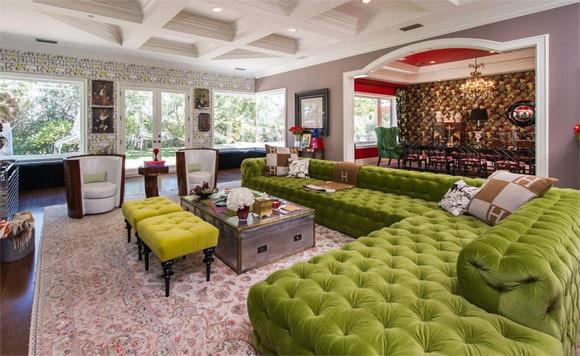 Sofá colorido em mansão de luxo