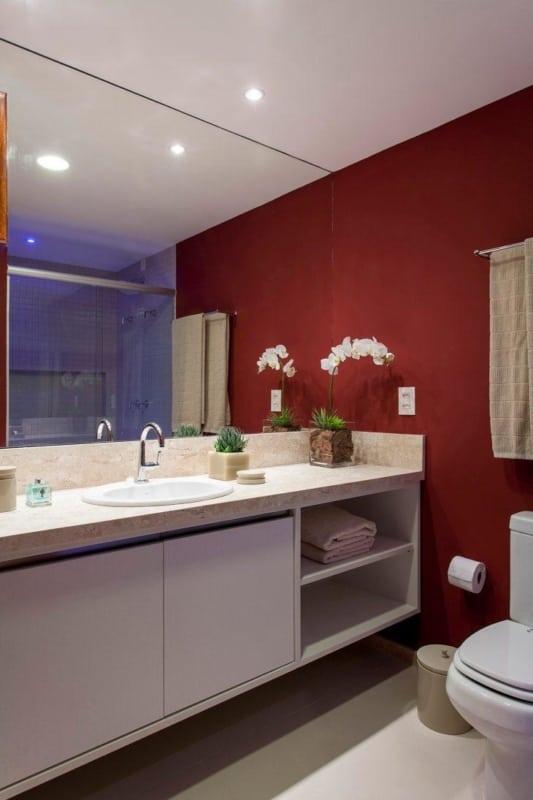Toque de cor no banheiro com parede vermelha