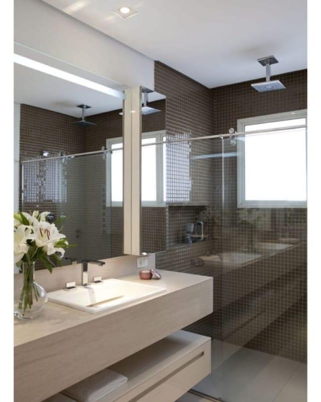 chuveiro de teto no banheiro
