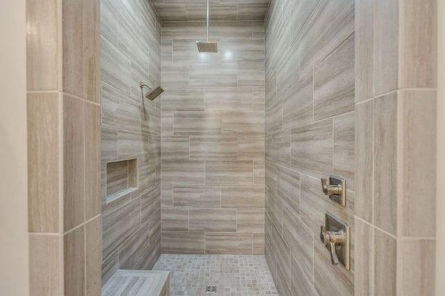 chuveiro de teto pequeno e quadrado