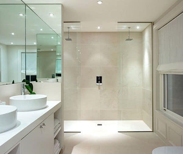 chuveiros de teto no banheiro