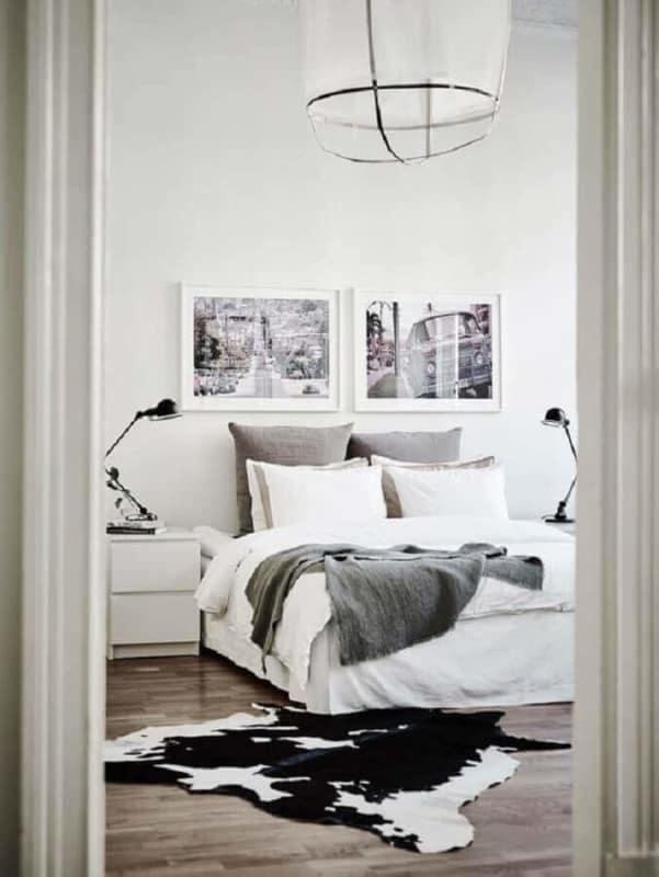 quarto minimalista com tapete preto e branco de couro