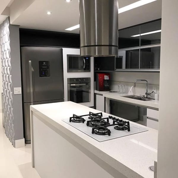 cozinha integrada com bancada branca de quartzostone