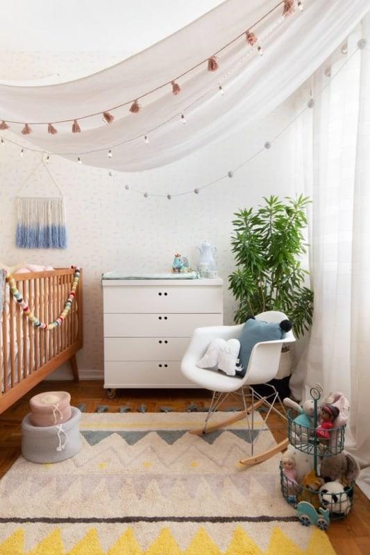 quarto de bebê com cadeira de balanço charles eames