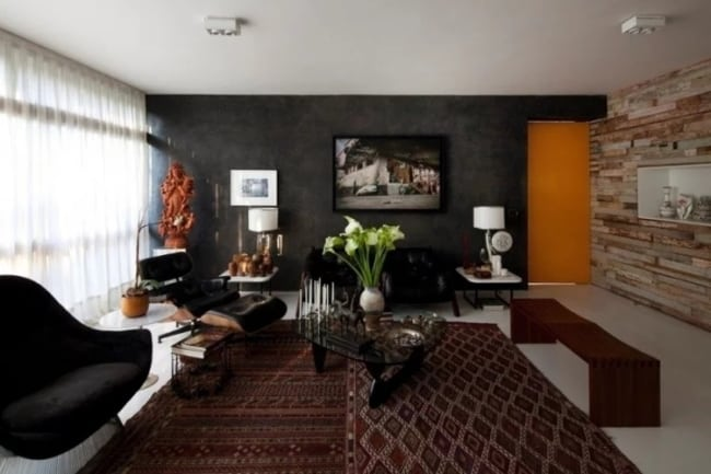 sala de estar com parede preta
