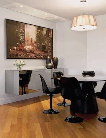 sala de jantar com cadeiras pretas modernas