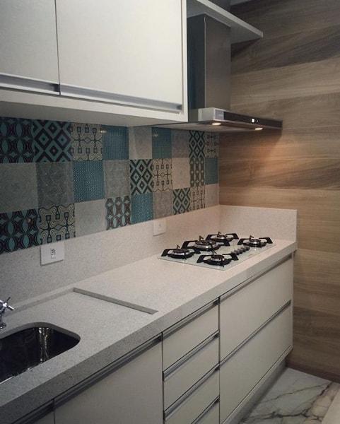 cozinha pequena com bancada branca de silestone stellar