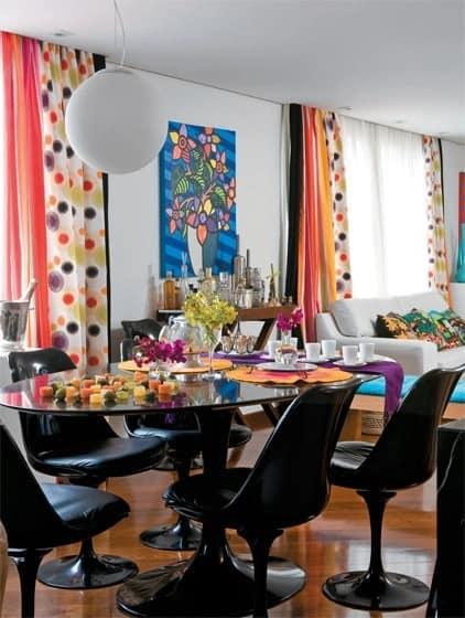 sala de jantar com mesa e cadeiras pretas