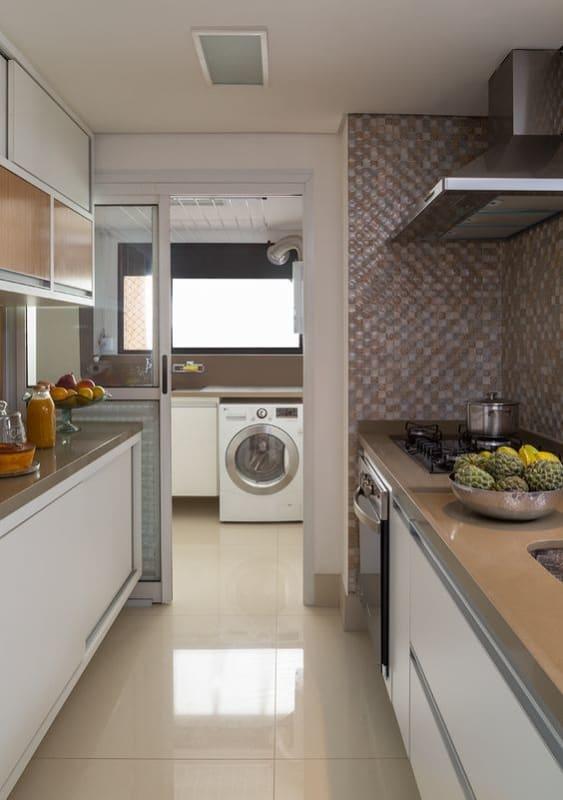 cozinha corredor com porcelanato polido bege
