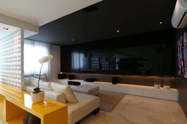sala com teto preto