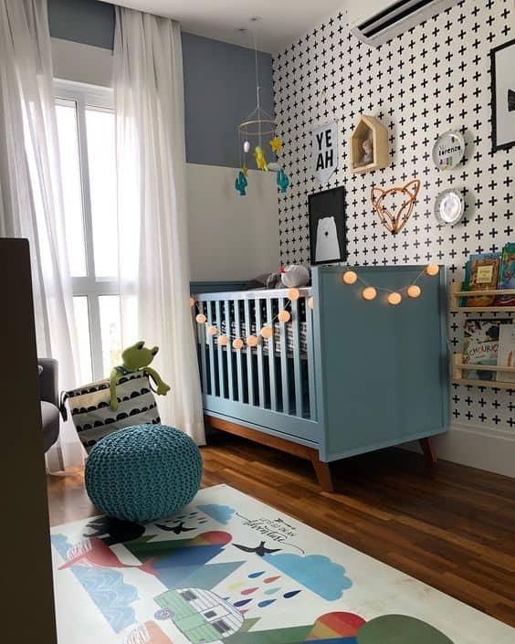 quarto de bebê com berço azul claro