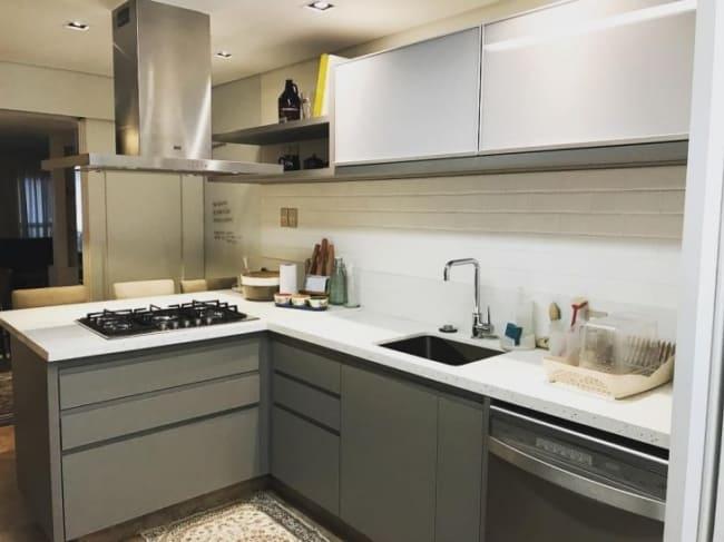 cozinha pequena com bancada branca