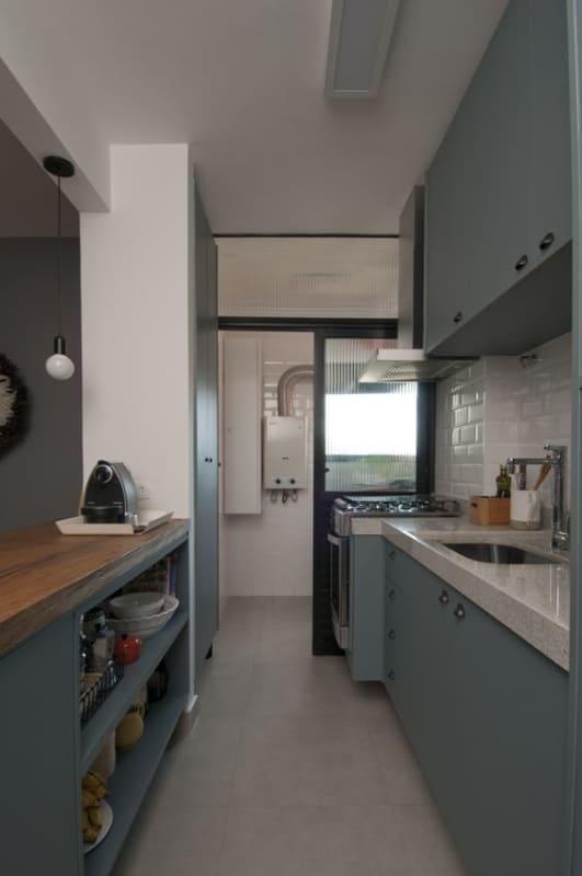 cozinha pequena com piso de porcelanato cimento queimado