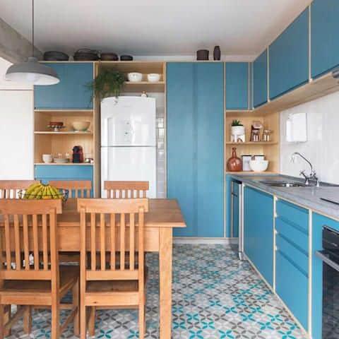 cozinha com mesa e cadeiras de madeira