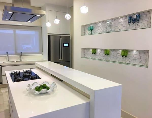 cozinha moderna com balcão de silestone branco