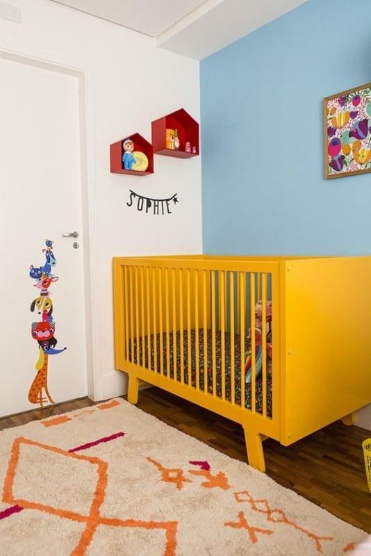 quarto de bebê com berço amarelo