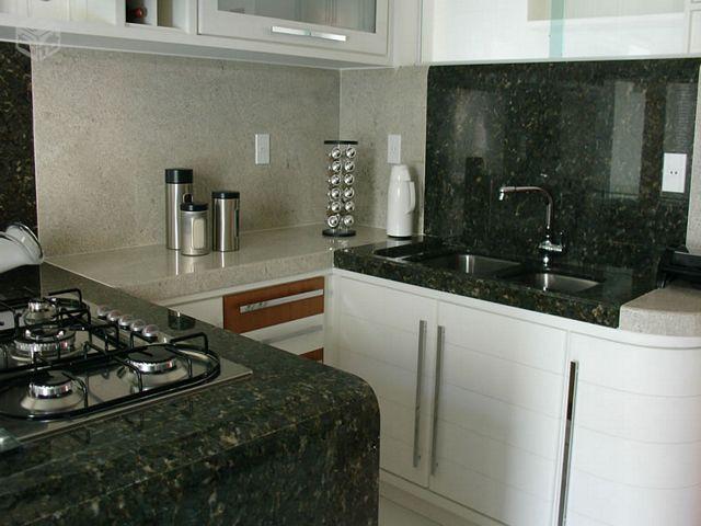 cozinha com bancada de granito verde ubatuba