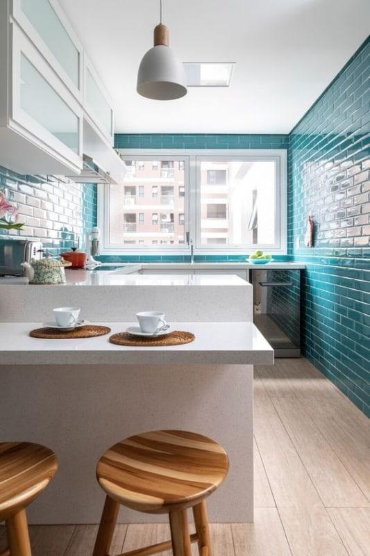 cozinha com piso de porcelanato amadeirado