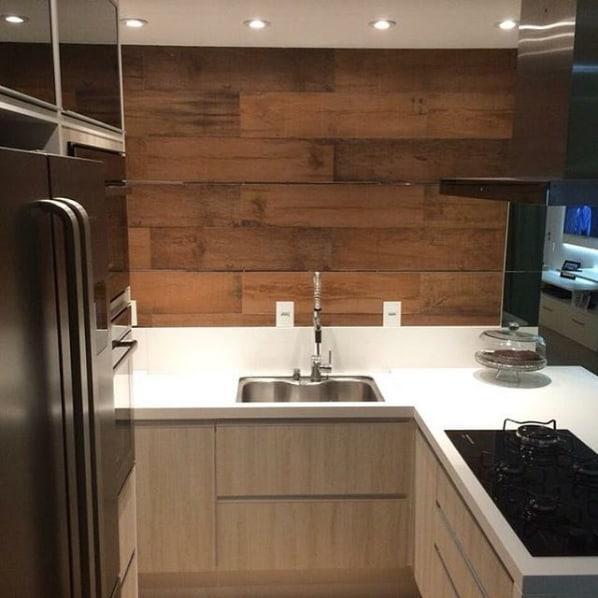 cozinha de apartamento com bancada de silestone Zeus