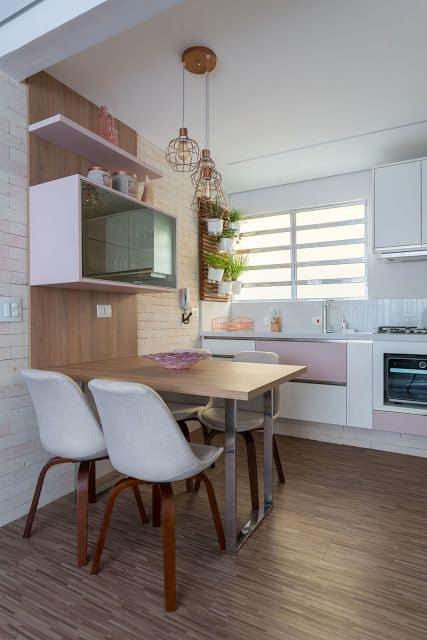 cozinha pequena com mesa e cadeiras