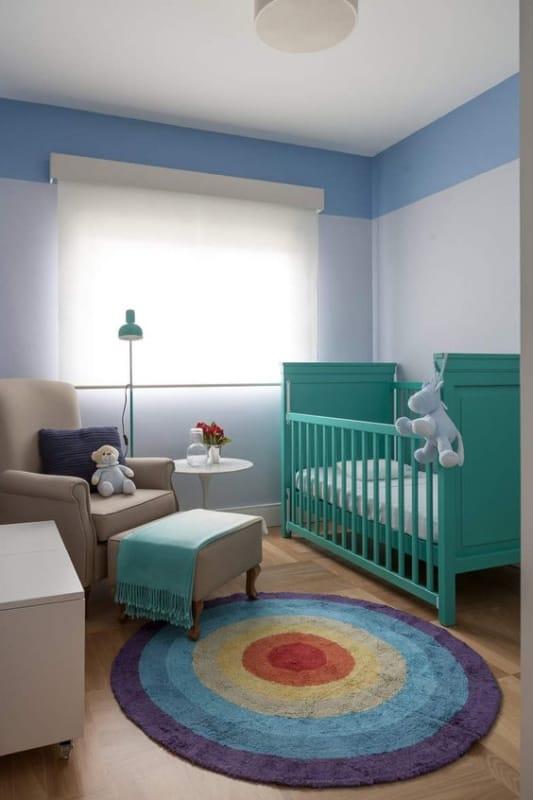 quarto de bebê com berço colorido
