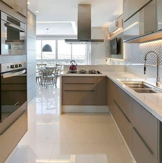 cozinha clean com piso de porcelanato polido bege
