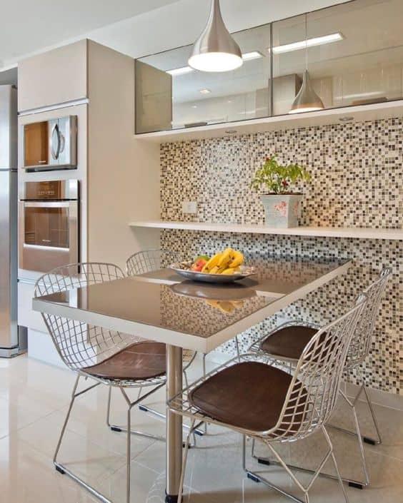 cozinha com cadeiras aramadas