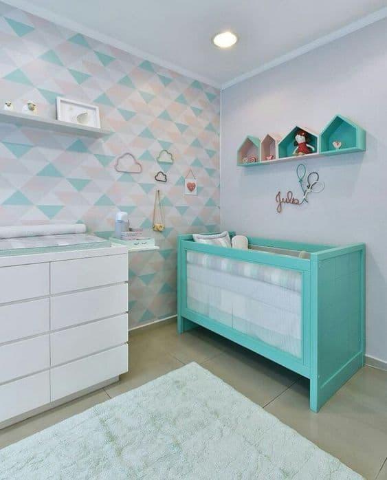 quarto de bebê com berço turquesa