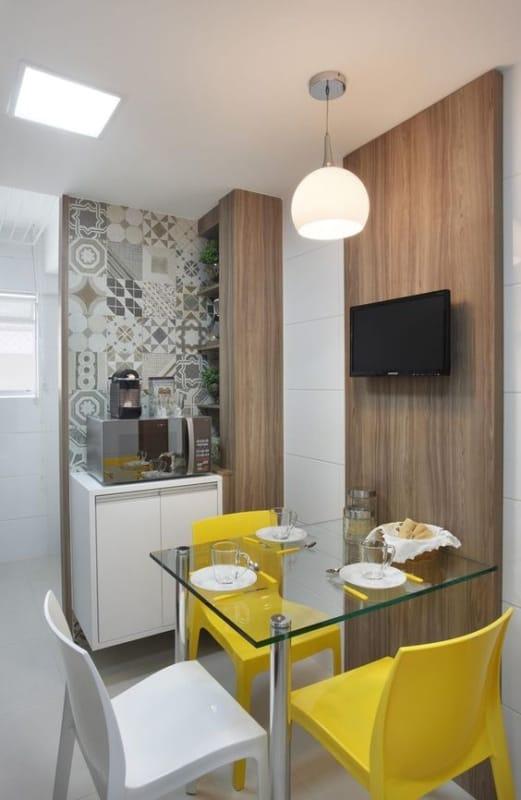 cozinha com cadeiras modernas