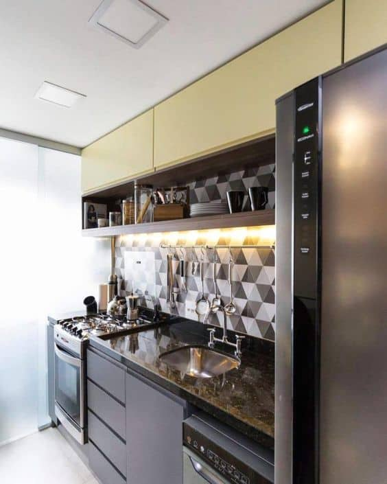 cozinha pequena com bancada de granito verde ubatuba