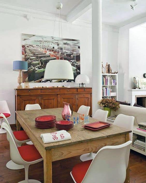 cadeira tulipa branca e vermelha na decoração