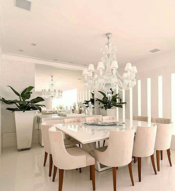 sala de jantar com cadeiras estofadas