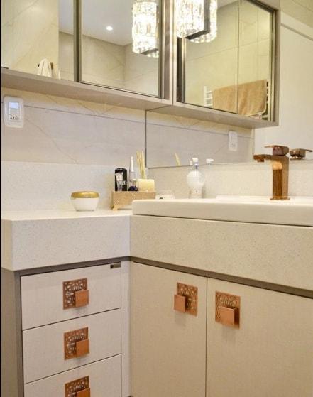 banheiro com bancada em silestone stellar branco e torneira rosé gold