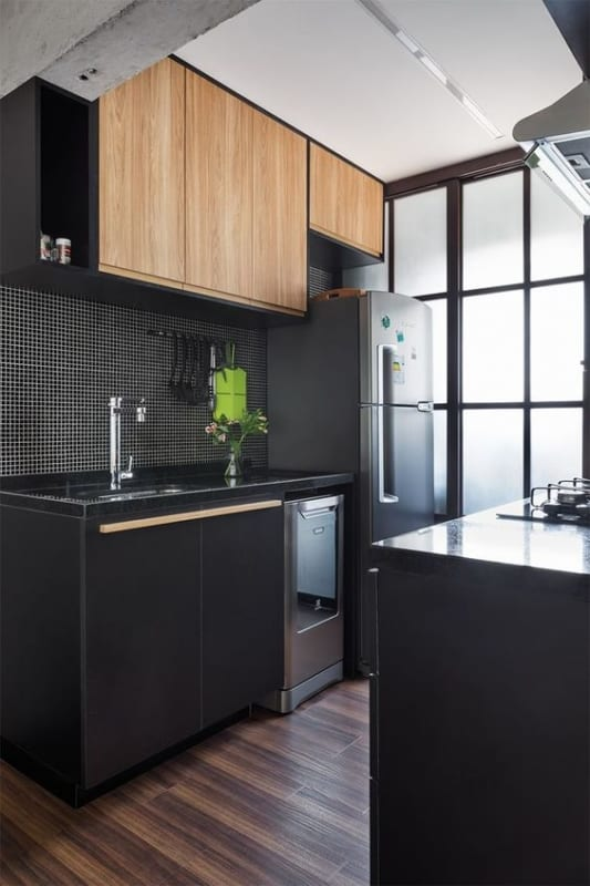 cozinha com pastilhas pretas