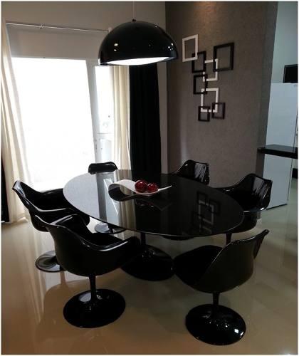 mesa de jantar oval com cadeiras pretas