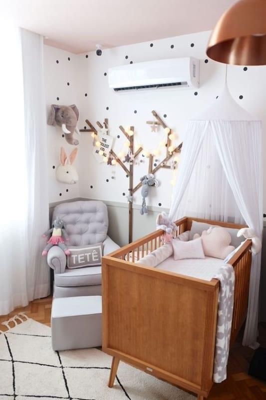 quarto de bebê com berço de madeira