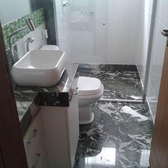 banheiro com piso de granito ella green