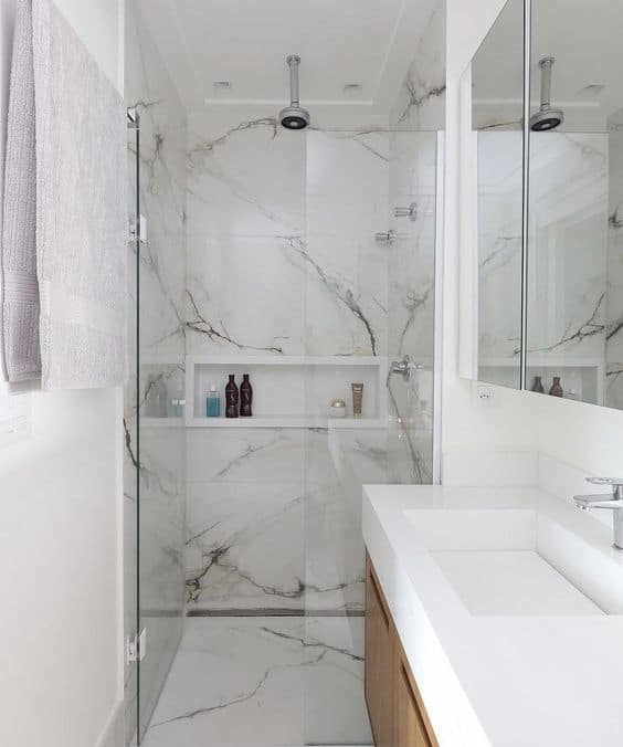 banheiro com porcelanato branco mármore