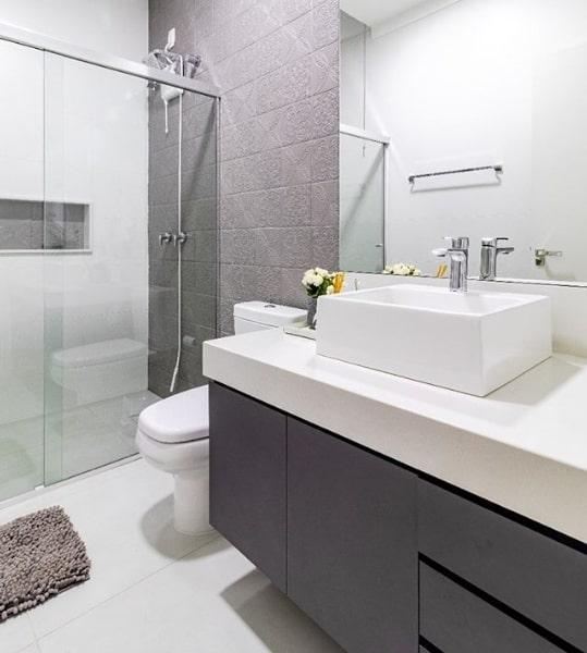 banheiro branco e cinza com bancada de silestone