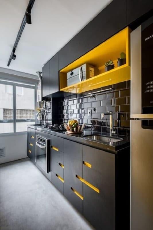cozinha moderna em preto e amarelo